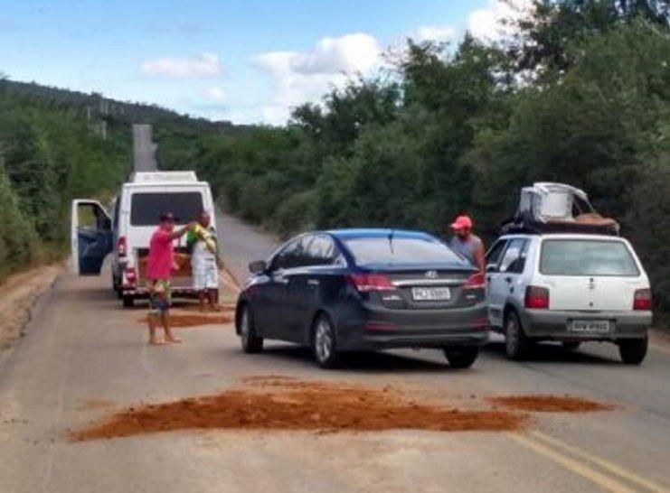 Santa-Inês-Motoristas-de-vans-fazem-'operação-tapa-buracos'-em-trecho-da-BR-420-741x546