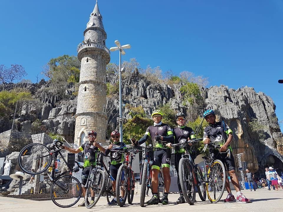 Ciclistas do Grupo Amigos da Bike de Carinhanha no Santuário do Bom Jesus da Lapa